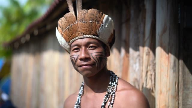 inhemska barnman brasilianska porträtt från guarani etnicitet - stam bildbanksvideor och videomaterial från bakom kulisserna