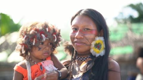vídeos y material grabado en eventos de stock de indígena joven brasileña y su hijo, retrato de la etnia guaraní - región del amazonas