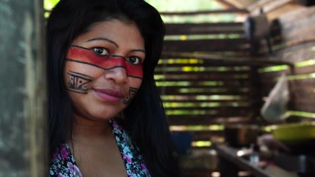 inhemska brasilianska ung kvinna, porträtt från guarani etnicitet, i en koja - latin american and hispanic ethnicity bildbanksvideor och videomaterial från bakom kulisserna