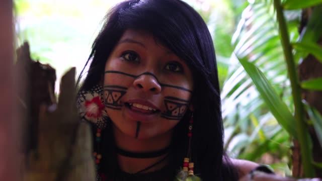ブラジル先住民若い女性、グアラニー語民族性からの肖像画 - 民族衣装点の映像素材/bロール