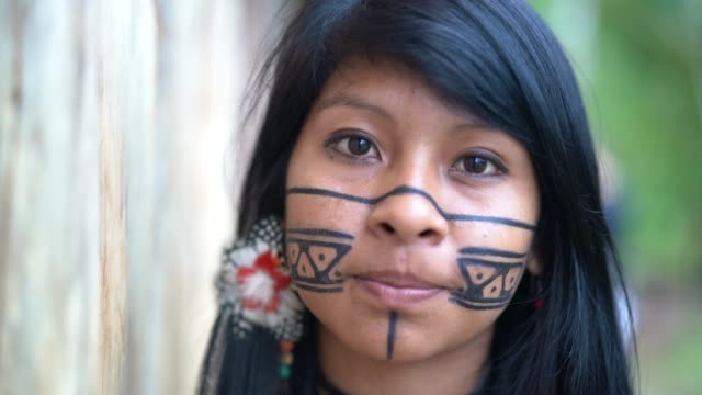 indigenous brazilian young woman, portrait from guarani ethnicity - tribù del nord america video stock e b–roll