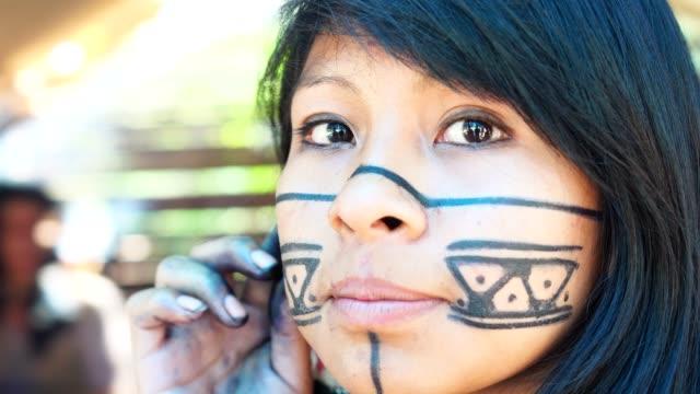 einheimische junge brasilianerin, porträt von tupi-guarani-ethnizität, in einer hütte - nordamerikanisches indianervolk stock-videos und b-roll-filmmaterial