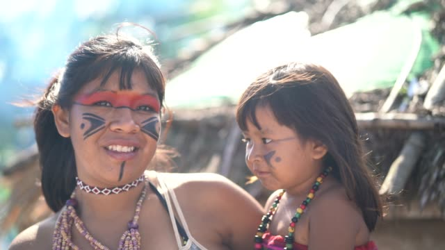 indigenous brazilian young women and her child, portrait from tupi guarani ethnicity - etnia video stock e b–roll