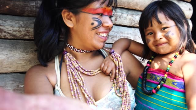 vídeos de stock e filmes b-roll de indigenous brazilian young women taking a selfie with her sister from tupi guarani ethnicity - cultura indígena