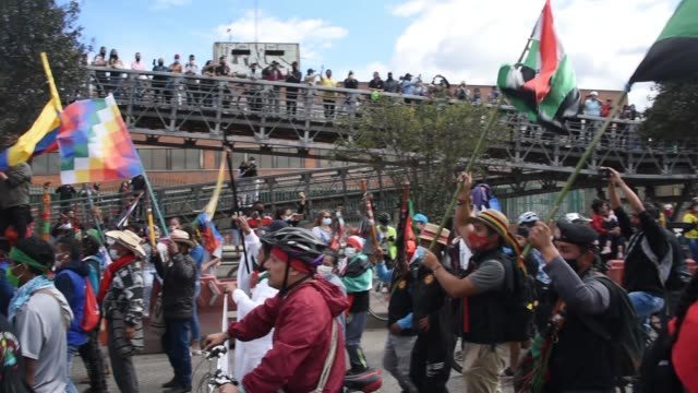 vídeos de stock e filmes b-roll de indigenous colombians are welcomed as they arrive in bogotá demanding meeting with president iván duque on october 18, 2020 in bogota, colombia.... - cultura indígena