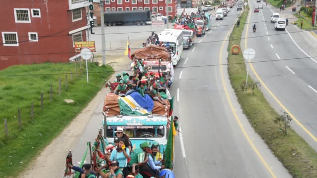 vídeos y material grabado en eventos de stock de indigenous colombians travel to bogotá demanding meeting with president iván duque october 18, 2020 in granada, colombia. after negotiations with... - cultura indígena
