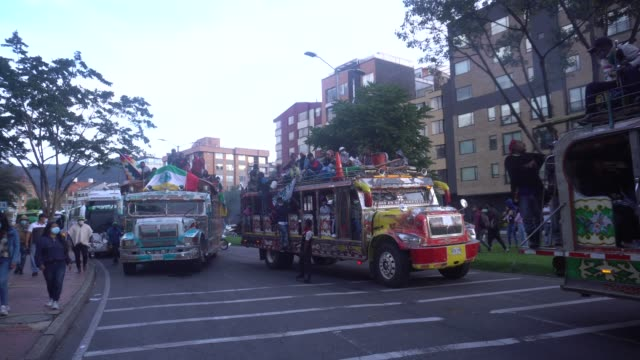 vídeos y material grabado en eventos de stock de indigenous community arrives by bus to the capital on october 18, 2020 in bogota, colombia. approximately 8,000 indigenous people from cauca arrived... - cultura indígena