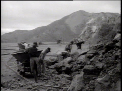 vídeos de stock, filmes e b-roll de indigenous melanesian men mining using pick axes pushing ore cart on track ms pushing ore bucket indigenous people's of oceania manual labor not... - territórios ultramarinos franceses