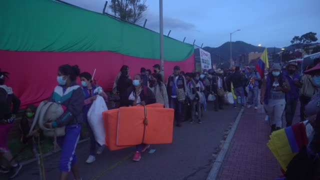 vídeos de stock e filmes b-roll de indigenous people arrive in the capital on october 18, 2020 in bogota, colombia. approximately 8,000 indigenous people from cauca arrived this sunday... - cultura indígena