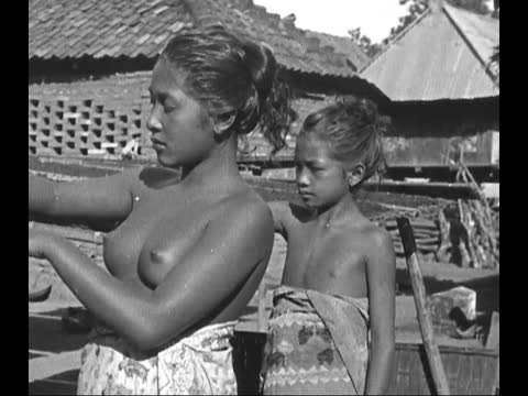 vídeos de stock, filmes e b-roll de indigenous people bathing in ocean/ fishing/ members of scintific expedition checking local plants/ portraits of indegenous girls/ marquesan women... - polinésia francesa