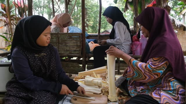 stockvideo's en b-roll-footage met indigenous people prepare traditional food for visitors during the international indigenous art festival, on august 3, 2019 in shah alam, malaysia.... - arts culture and entertainment