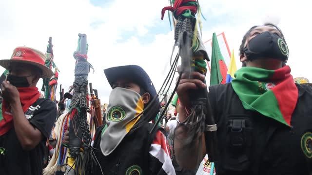 vídeos y material grabado en eventos de stock de indigenous people raise leadership batons and dance at plaza de bolivar square during a general strike against social and economic policies of ivan... - marchar