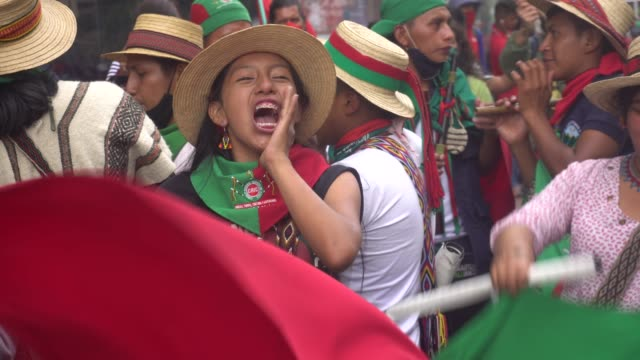 vídeos de stock e filmes b-roll de indigenous women dance in the march of thousands of indigenous people against the government on october 19 in bogotá, colombia. around 8,000... - cultura indígena