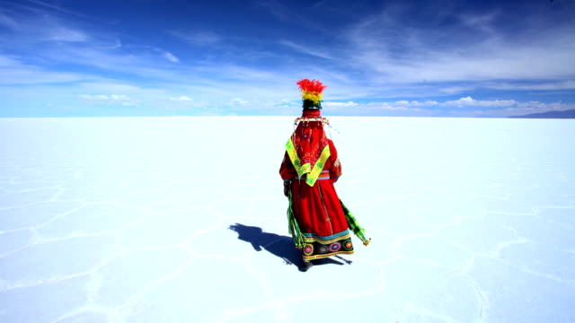vídeos y material grabado en eventos de stock de indigenous women in national headdress bolivian salt flats - tribu sudamericana
