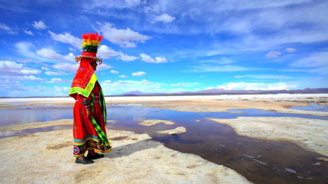 stockvideo's en b-roll-footage met indigenous women in national headdress bolivian salt flats - bolivia