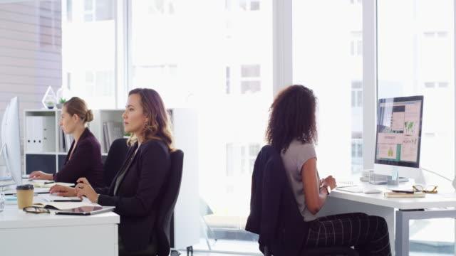 vídeos de stock e filmes b-roll de individually working to achieve a common goal - trabalhadora de colarinho branco