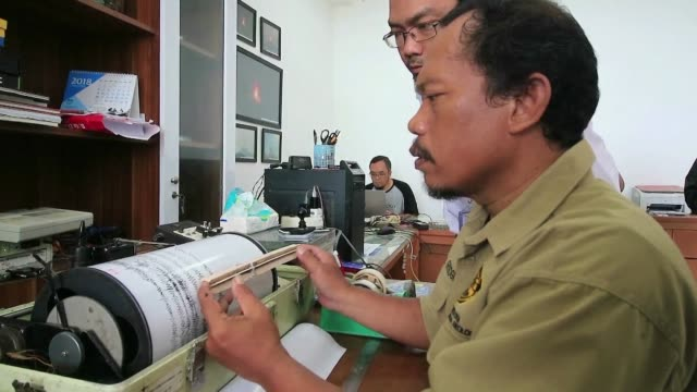 indonesia aumento el jueves el nivel de alerta para el volcan que causo un tsunami en el estrecho de la sonda y cuya actividad podria engendrar una... - estrecho stock videos and b-roll footage