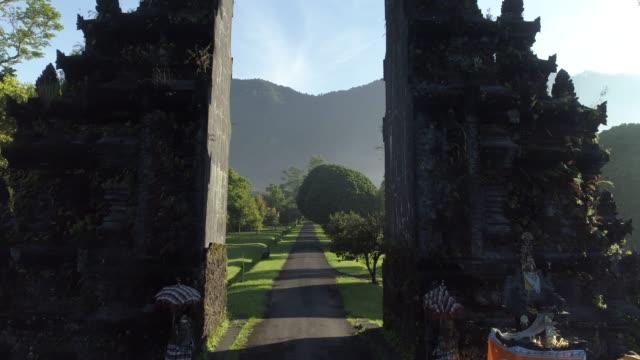 vidéos et rushes de indonesia, bali - temple