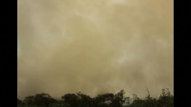 vídeos y material grabado en eventos de stock de indonesia continues to try to put out forest fires in sumatra as the resulting smog and air pollutant levels anger the countrys neighbours clean... - isla de sumatra