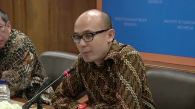 indonesia defends its execution of five foreigners and one local woman for drugs offences saying the death penalty was carried out in line with the... - esecuzione pubblica video stock e b–roll