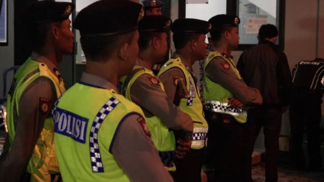 indonesia put to death five foreigners and one local woman convicted of drugs offences unleashing a diplomatic storm as brazil and the netherlands... - esecuzione pubblica video stock e b–roll