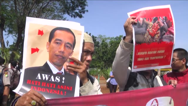 indonesian activists hold banners and flags as they protest against the state visit of the egyptian president abdel fattah elsisi at presidential... - president of egypt stock videos & royalty-free footage
