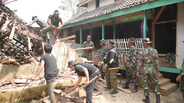 indonesian military personnel inspect damaged houses after a 69 magnitude earthquake hit the area in mandalawangi banten province indonesia on august... - インドネシア点の映像素材/bロール