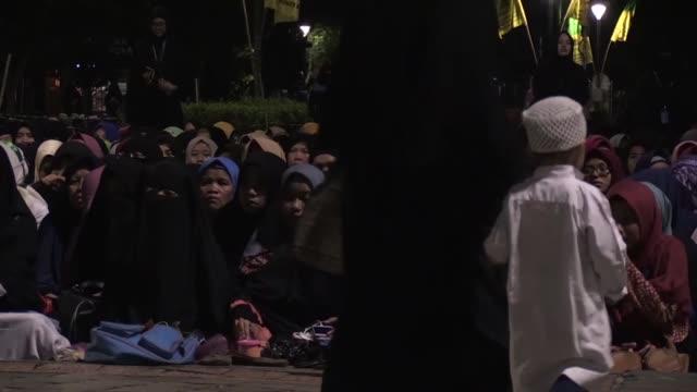 vídeos y material grabado en eventos de stock de indonesian muslims gather to mark lailat al miraj at monas national monument in jakarta indonesia on april 13 2018 - monumento nacional