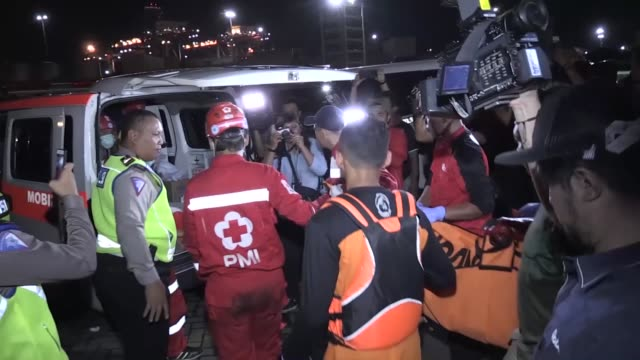 vídeos de stock e filmes b-roll de indonesian officials recover the bodies of plane crash victims and collect the remains of the crashed lion air jt 610 plane at tanjung priok port in... - acidente de avião