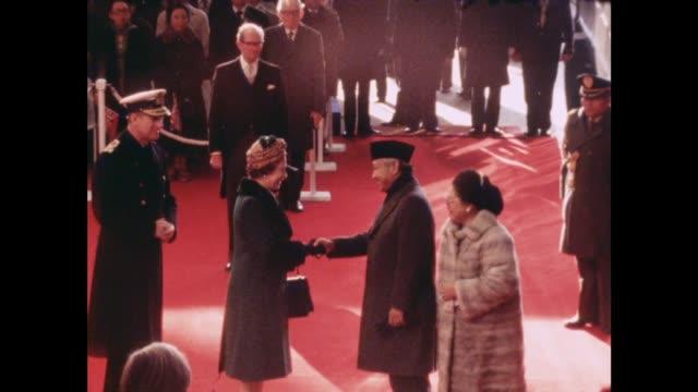 vídeos y material grabado en eventos de stock de indonesian president arrives on state visit; england: london: gv queen elizabeth and duke of edinburgh greet president suharto and his wife as they... - visita de estado