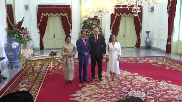 indonesian president joko widodo and his wife iriana joko widodo welcome prime minister of australia scott morrison and his wife jenny morrison upon... - premierminister stock-videos und b-roll-filmmaterial