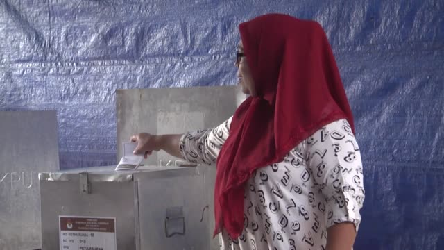 stockvideo's en b-roll-footage met indonesians cast their ballots in the runoff election for jakarta's governor at a poll station in jakarta indonesia on april 19 2017 - stembus