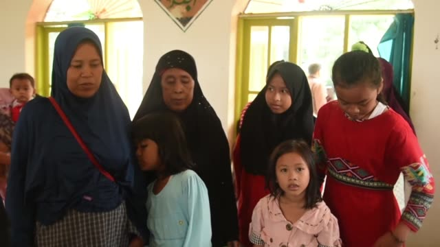 vídeos de stock, filmes e b-roll de indonesians who survived last saturday's deadly tsunami which hit the sunda strait continue to await relief from the government. roughly 110... - 2018