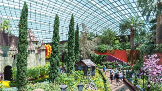 vídeos de stock, filmes e b-roll de indoor park com turistas em singapura, time lapse vídeo - domo
