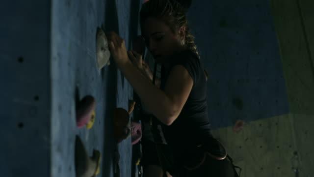 stockvideo's en b-roll-footage met indoor klimmen - boulder rock