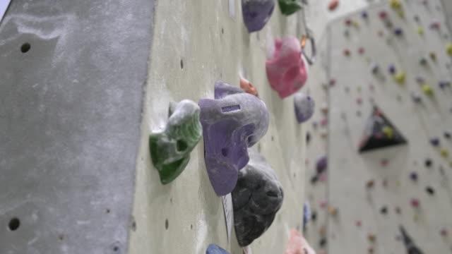 stockvideo's en b-roll-footage met indoor rotsklimmen muur - boulder rock