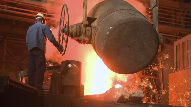 ws inductive heating furnace at foundry / juenkerath, rhineland-palatinate, germany  - arbeiter stock-videos und b-roll-filmmaterial