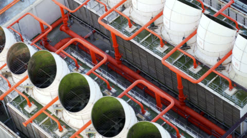 vidéos et rushes de ventilateurs industriels de climatiseur sur le toit du bâtiment - machinerie