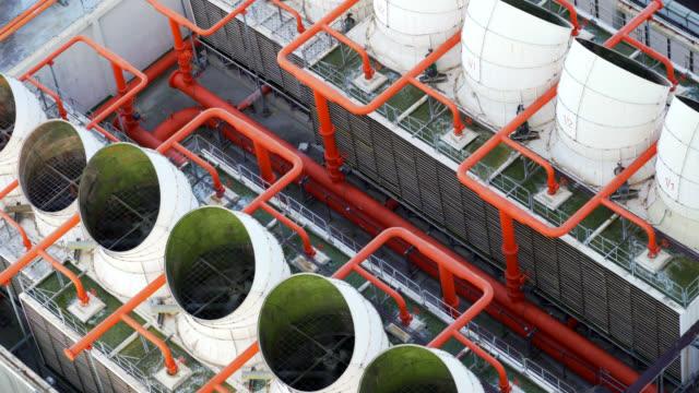 industrielle klimaanlage ner-lüfter auf dem dach des gebäudes - klimaanlage stock-videos und b-roll-filmmaterial
