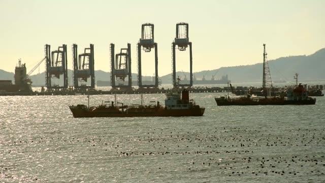 industrie- und logistik container-schiff den hafen in thailand - klammer stock-videos und b-roll-filmmaterial