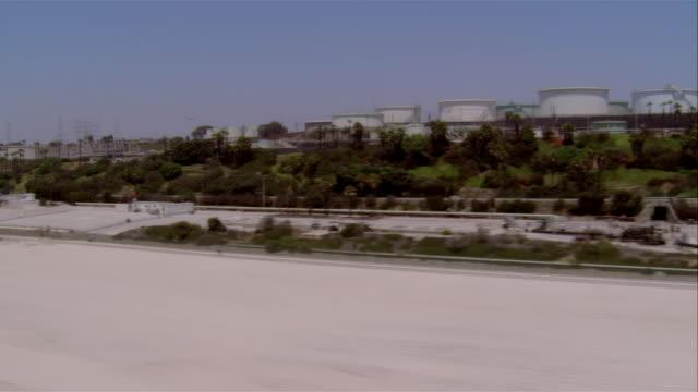 vídeos de stock e filmes b-roll de low aerial industrial area at beach, california, usa - pacífico norte