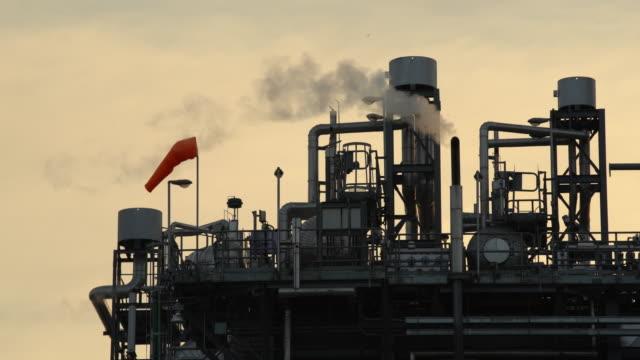 vídeos y material grabado en eventos de stock de edificio industrial con humo - imagen virada
