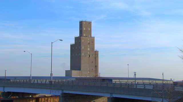 vídeos de stock e filmes b-roll de edifício industrial zoomin_1 hd (1080/24p - declínio