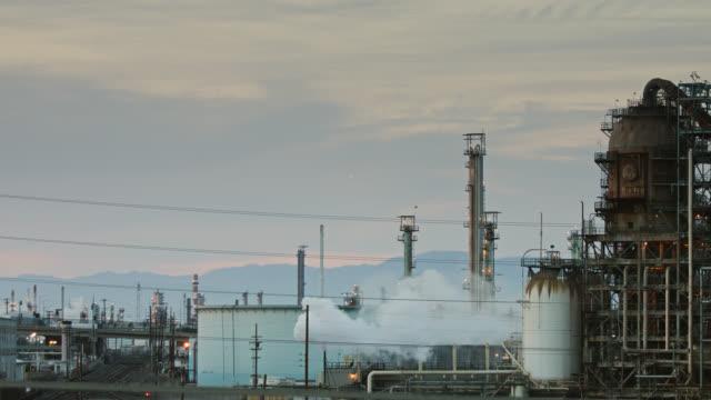 vidéos et rushes de complexe industriel au coucher du soleil - plan large