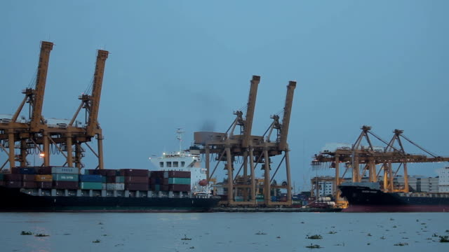 stockvideo's en b-roll-footage met industriële container vrachtschip. - passagiersboot