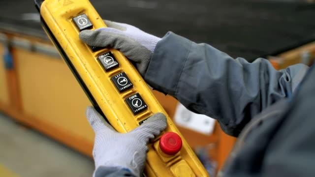 industrial crane kontrolle - schwer stock-videos und b-roll-filmmaterial