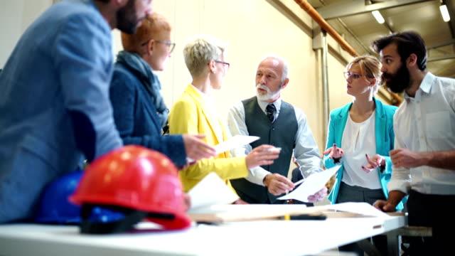 vídeos y material grabado en eventos de stock de equipo de diseño industrial en una reunión. - altos cargos directivos