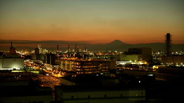 工業地区、タイムラプスの夕暮れ - 立体駐車場点の映像素材/bロール
