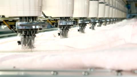 industriella brodermaskin i textilfabriken - industri bildbanksvideor och videomaterial från bakom kulisserna