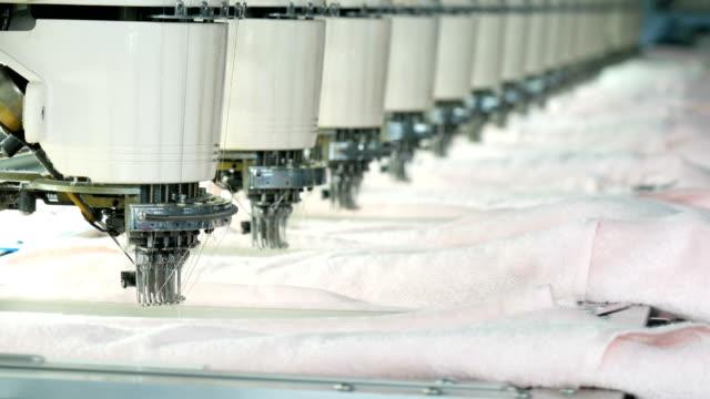 stockvideo's en b-roll-footage met industriële borduurwerk machine in de textielfabriek - polyester
